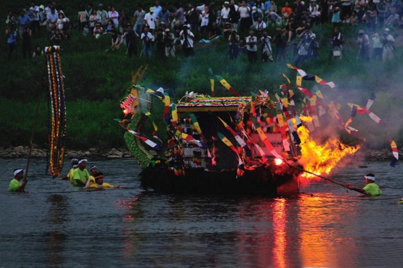 送り盆は盛岡舟っこ流し!北上川を流れる炎に無病息災を